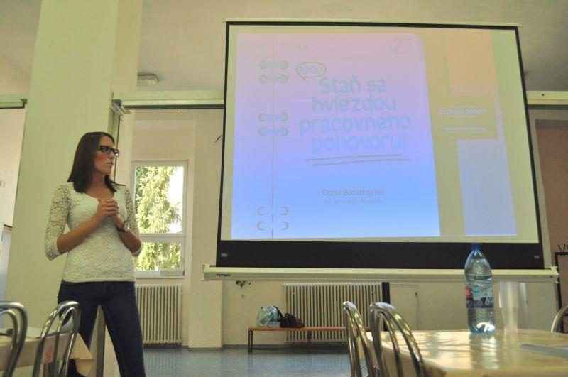 """Naša HR Špecialistka Dana Bandrejová si potrápila hlasivky pri interaktívnom workshope """"Staň sa hviezdou pohovoru""""."""